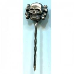 Брошь с символикой немецкого черепа.
